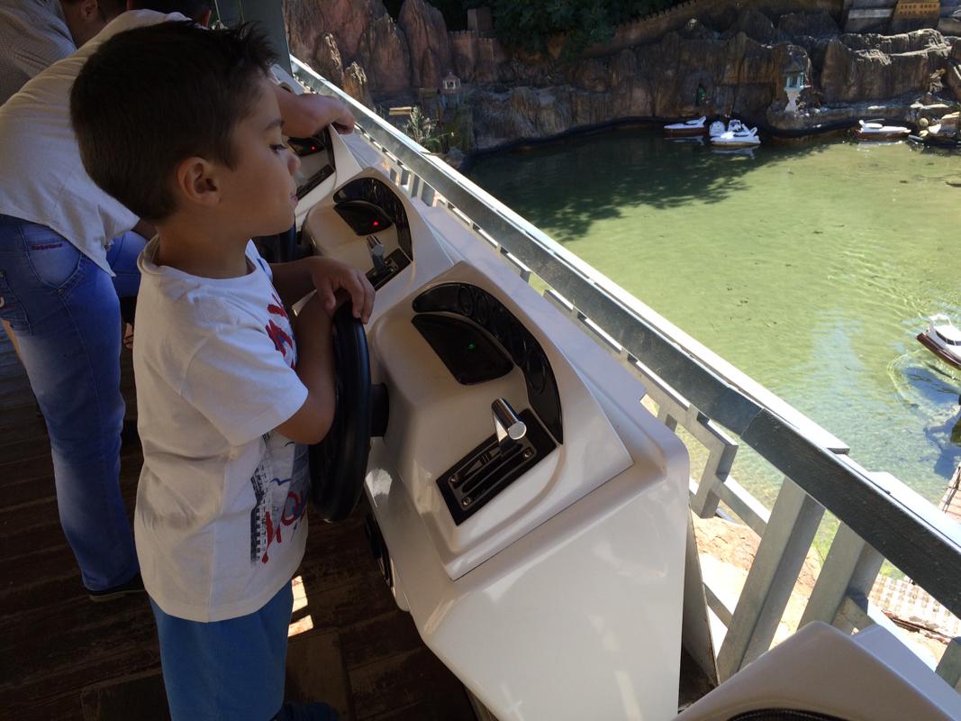 niño conduciendo barcos teledirigidos