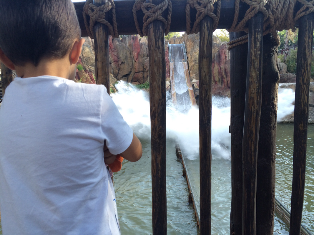 niño mirando tutuki splash port aventura