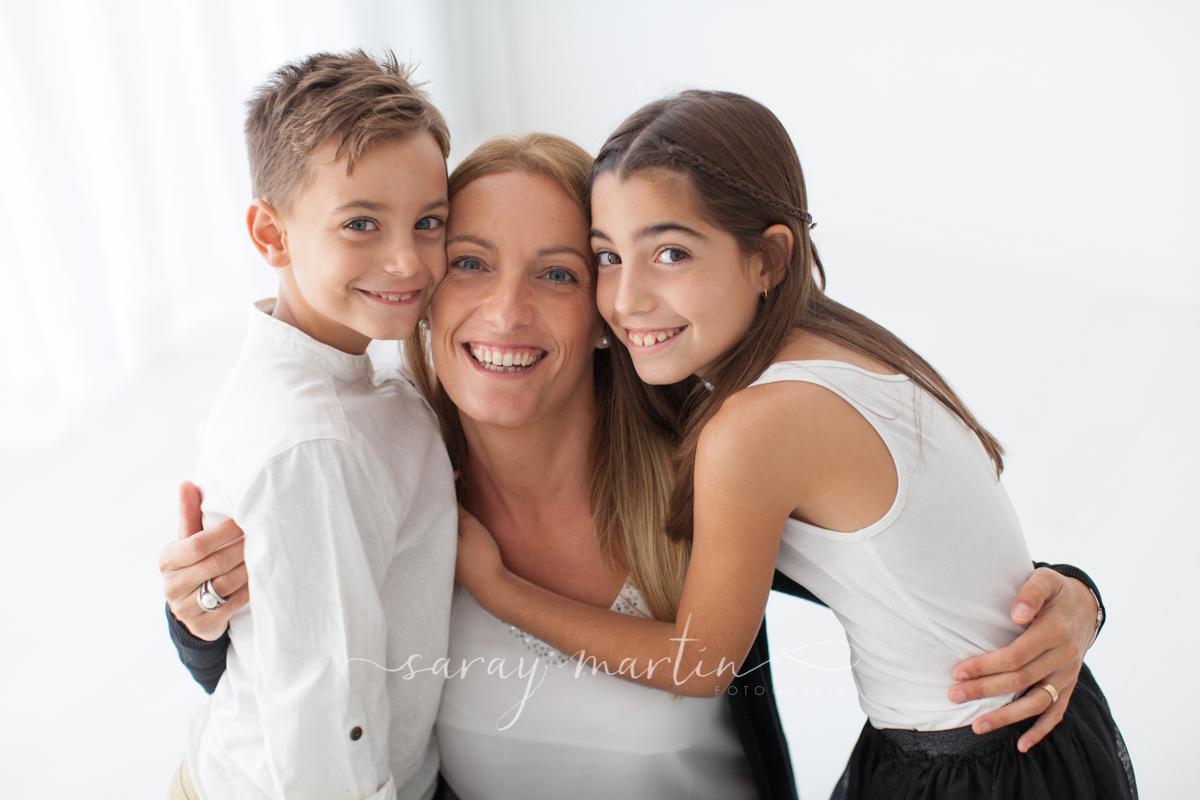 madre y niños riendo