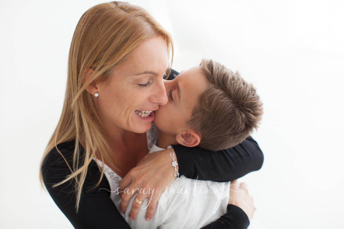 niño besa madre