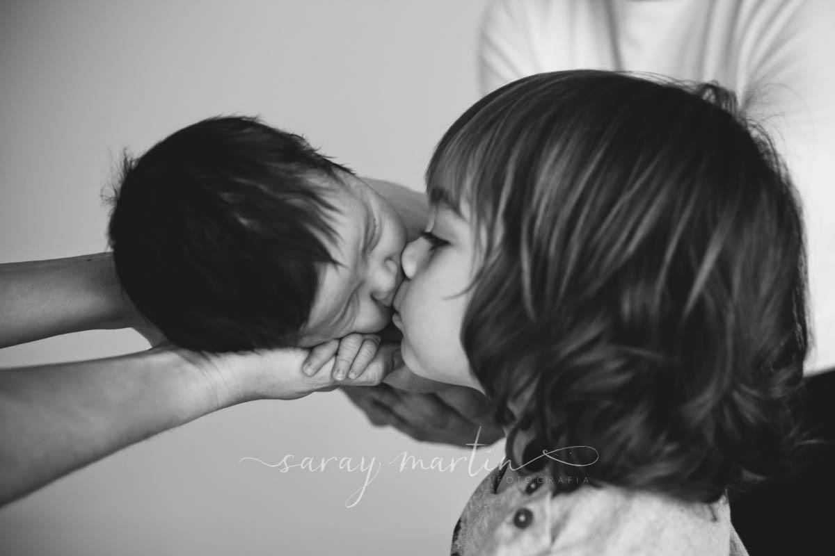 beso hermanos