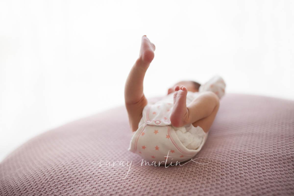 bebe enseñando pies