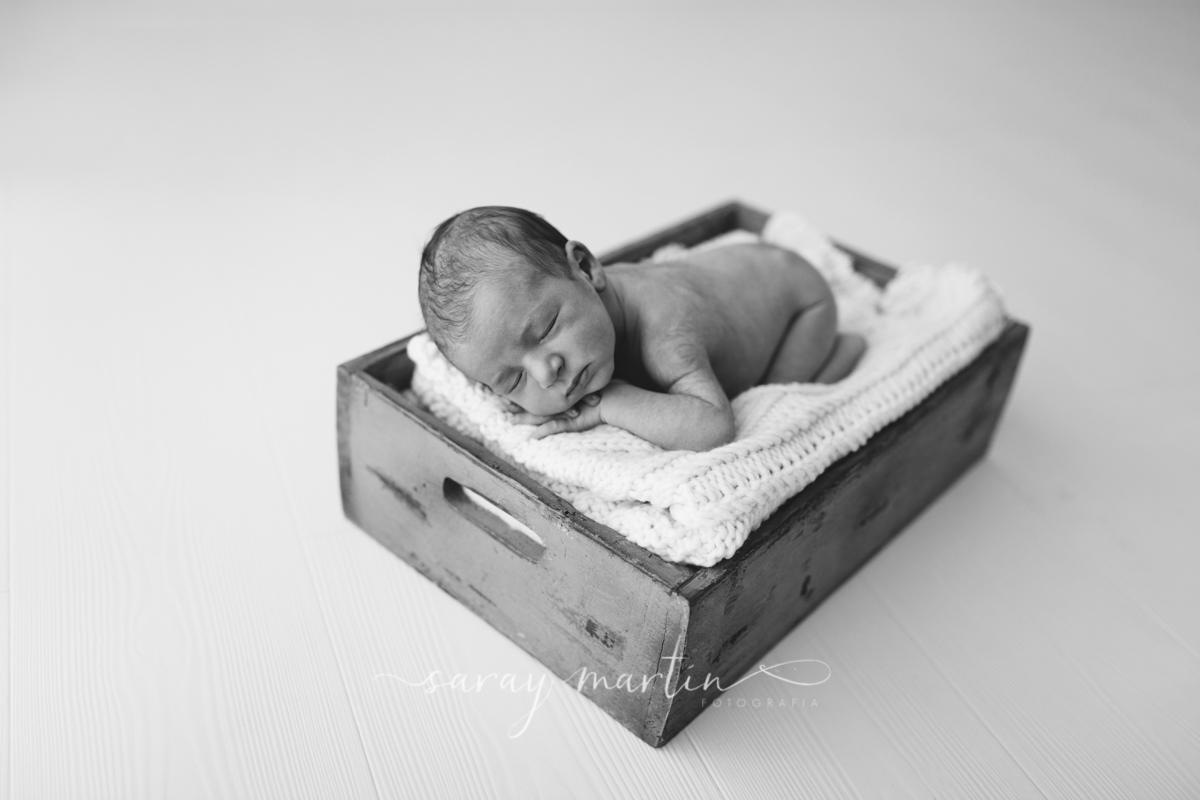 bebe durmiendo dentro de caja de madera