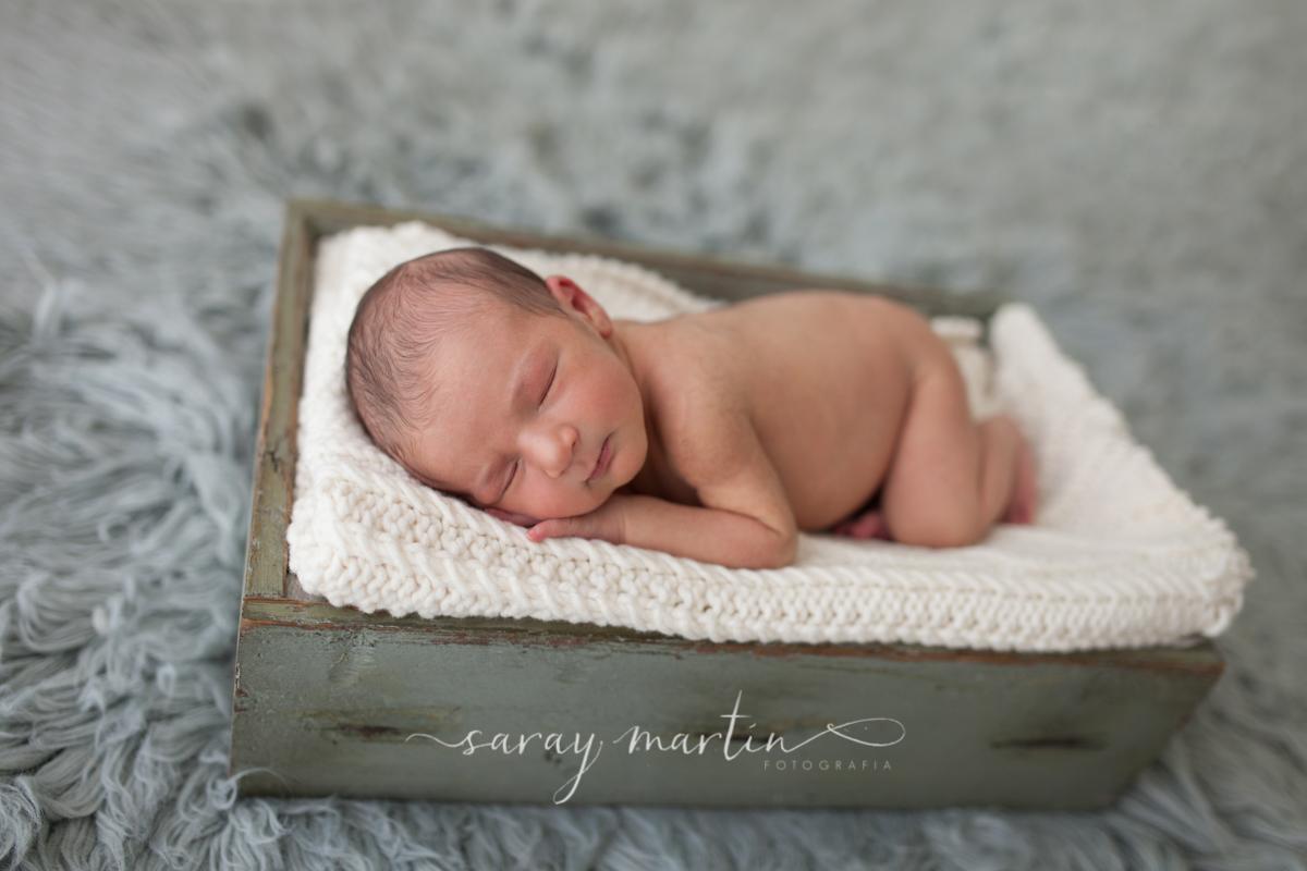 bebe recien nacido durmiendo en cajita