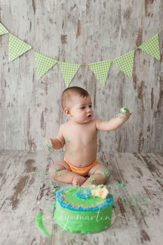 bebe con pastel en mano