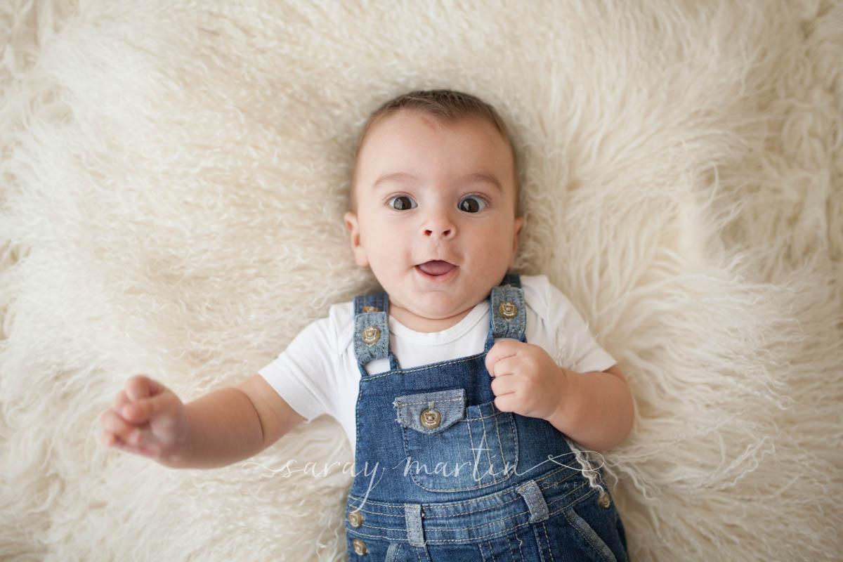 bebe tumbado alfombra