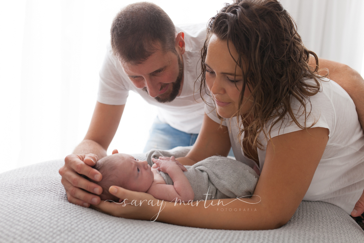 padres acurrucando a bebe