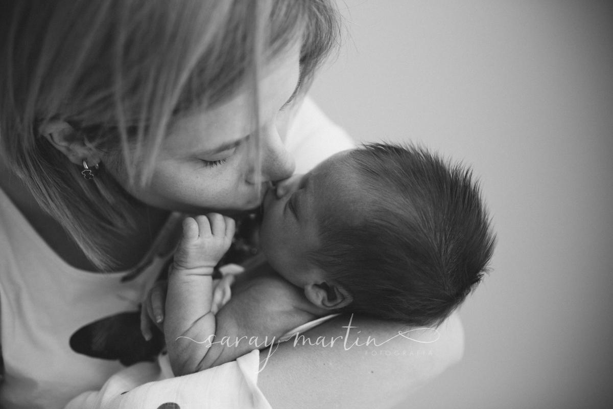 madre besando a bebe
