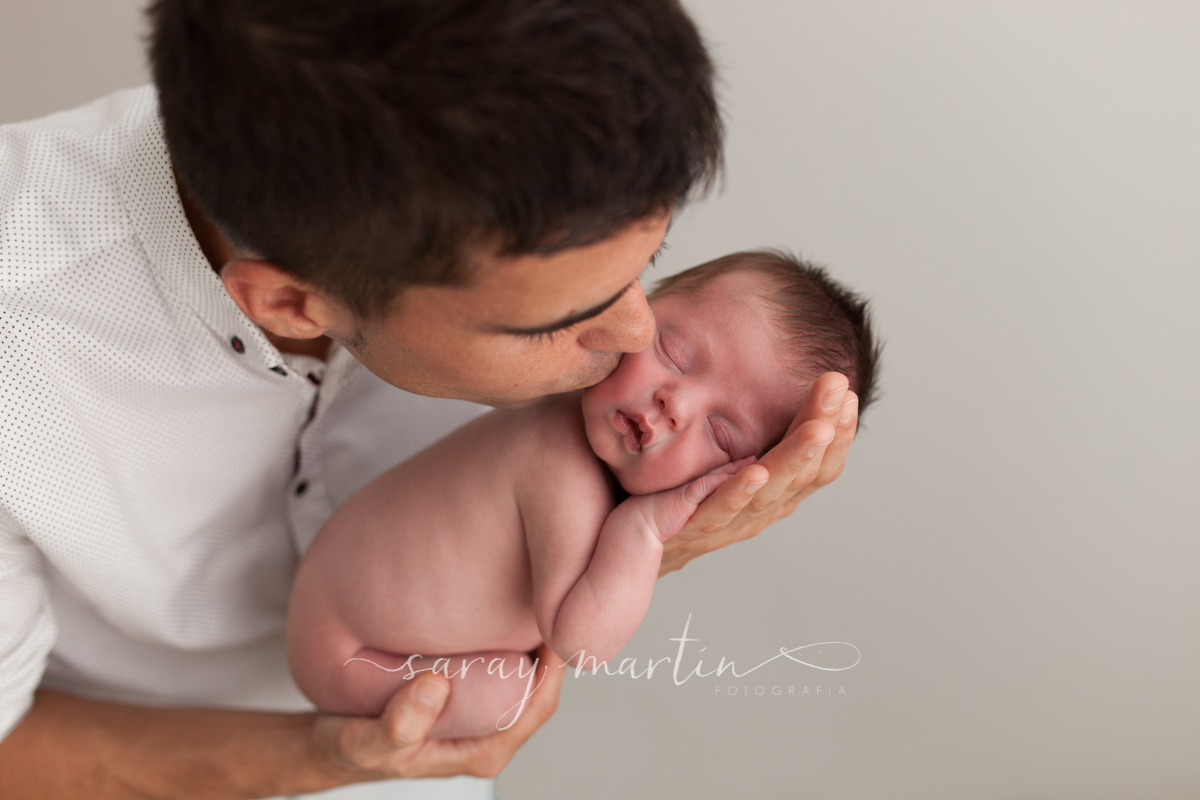 padre besando a bebe