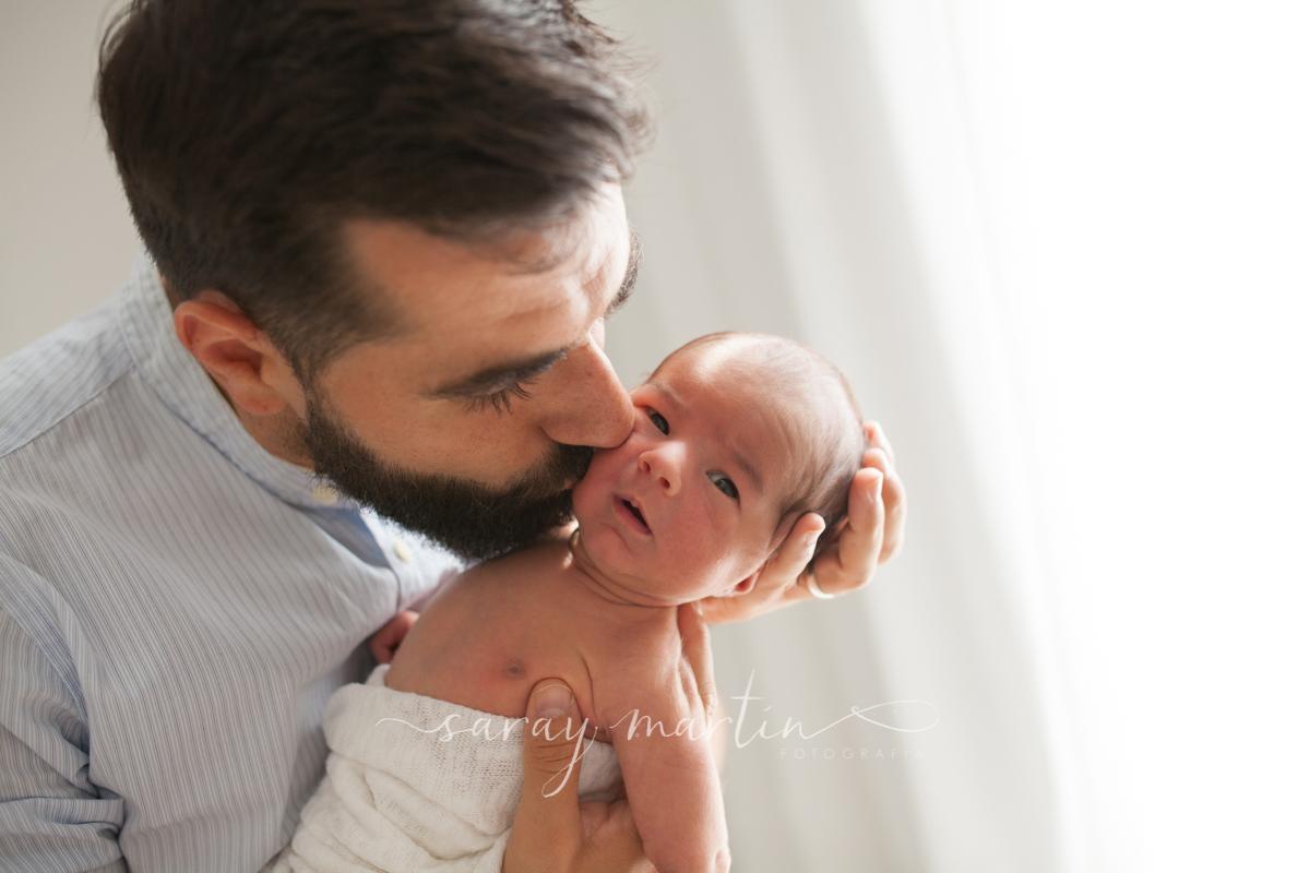 padre dando beso a bebe