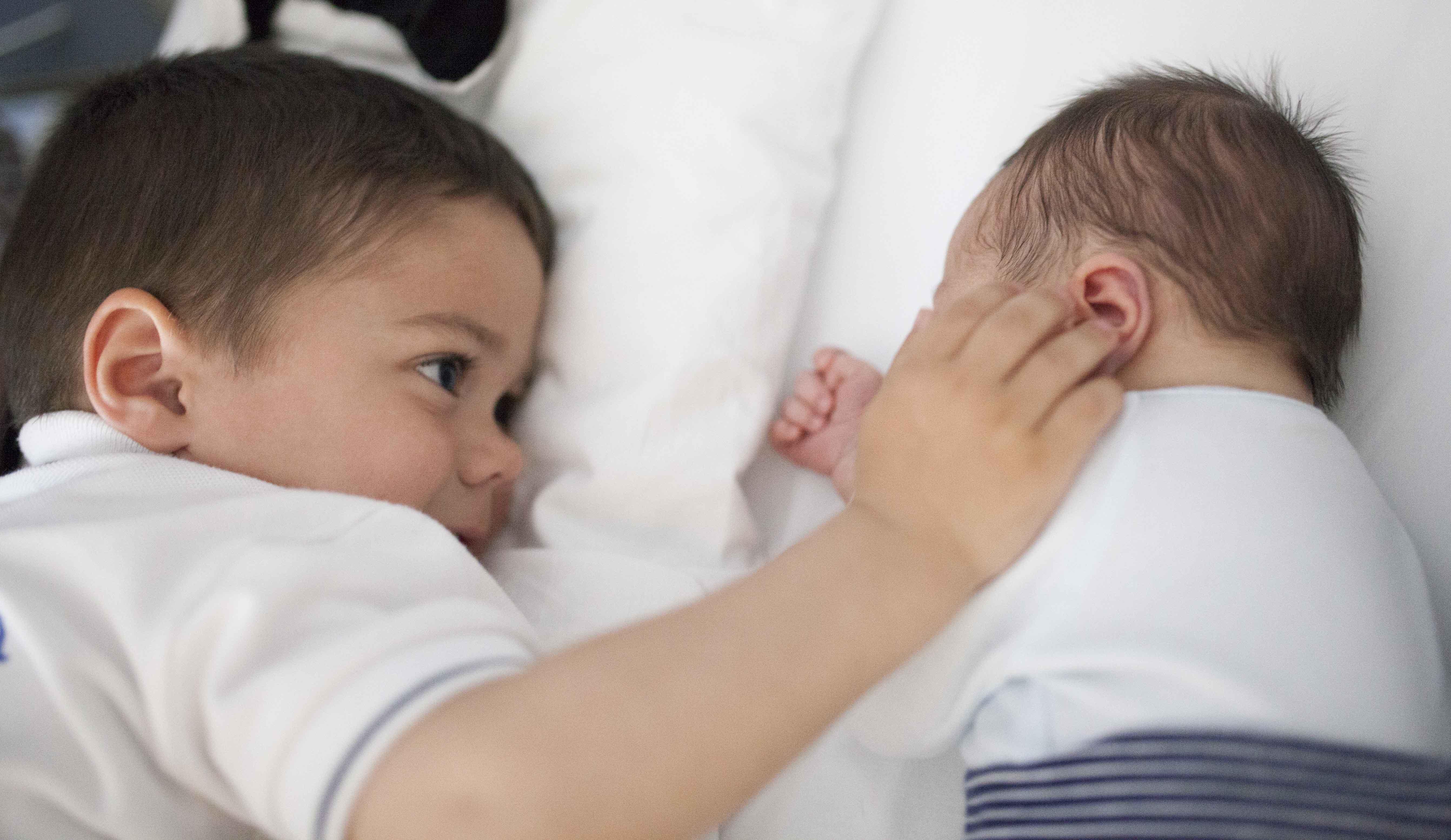 hermanos pequeños mirandose